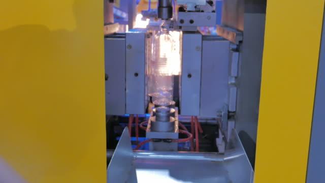 生産ラインのプラスチックボトル、4 k - production line点の映像素材/bロール