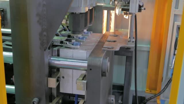 生産ラインのプラスチックボトル、4 k - power line点の映像素材/bロール