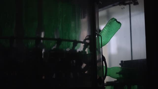 vídeos de stock, filmes e b-roll de linha de produção de bebidas carbonadas plásticas - mineral