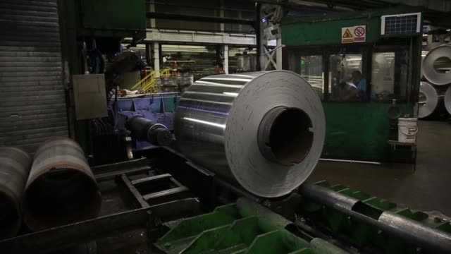 vídeos y material grabado en eventos de stock de production of aluminum sheets and blocks in sevojno, zlatibor, serbia, on friday, august 17, 2018. - hoja de aluminio