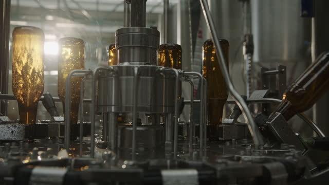 vídeos y material grabado en eventos de stock de producción de botellas en máquina automatizada en proceso de lavado para ser llenado con cerveza - comidas y bebidas