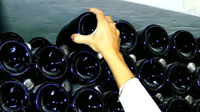 vídeos y material grabado en eventos de stock de producción de vino, champagne - botella