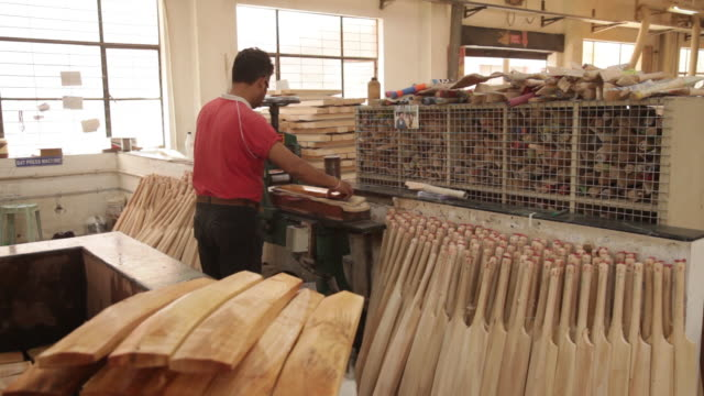 production of cricket bats sanspareils greenlands factory in meerut uttar pradesh india on friday march 30 2018 - クリケットバット点の映像素材/bロール