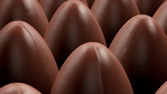 vidéos et rushes de production de nombreux œufs au chocolat pour pâques - pâques