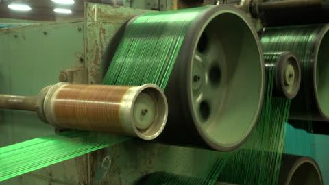 produktion av nylontråd i en fabrik - spole bildbanksvideor och videomaterial från bakom kulisserna