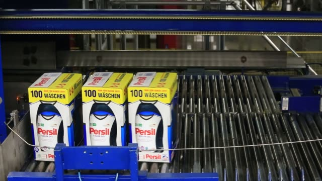 vídeos y material grabado en eventos de stock de production of persil color gel laundry detergent inside the henkel ag factory as well as exterior footage in duesseldorf germany on wednesday april 7... - laundry detergent