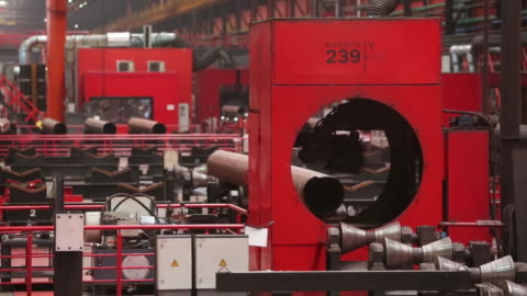 vídeos y material grabado en eventos de stock de production of welded tubes at the chelyabinsk pipe rolling plant pjsc, part of chelpipe group, in chelyabinsk, russia, on monday, february 17, 2020.... - raw footage