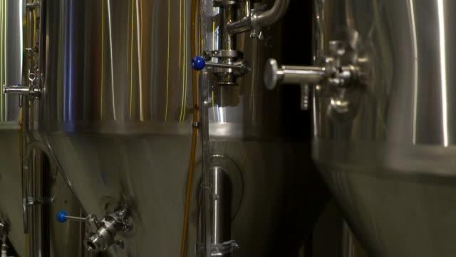 vídeos de stock, filmes e b-roll de tanques de produção, armazenamentos em uma cervejaria. - fermenting