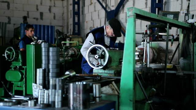 工場での金属部品加工の生産ワークショップ。 - 研ぐ点の映像素材/bロール