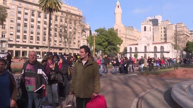 stockvideo's en b-roll-footage met productores agricolas argentinos regalaron el miercoles mas de 30.000 kilos de bananas en protesta por la importación de ese fruto - agricultura