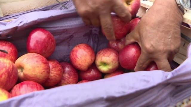 Productores argentinos regalaron el martes 20 toneladas de frutas frente a la Casa Rosada sede de la presidencia en reclamo de medidas de auxilio...