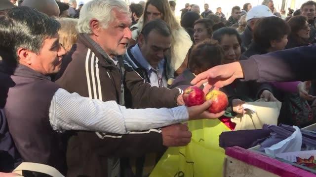 productores de fruta argentinos regalaron el martes diez toneladas de peras y manzanas en la centrica plaza de mayo de buenos aires para denunciar... - fruta stock videos & royalty-free footage