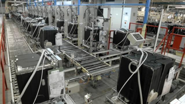 vidéos et rushes de time-lapse produits dans une usine qui voyagent sur une bande transporteuse automatisé - slovénie