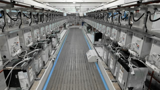 vídeos de stock e filmes b-roll de time-lapse products moving on a rail in the factory - fábrica