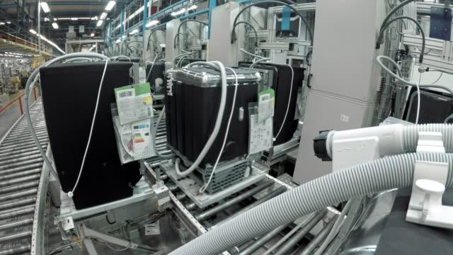 vidéos et rushes de ld produits circulant sur la ceinture de rouleau dans une usine - slovénie