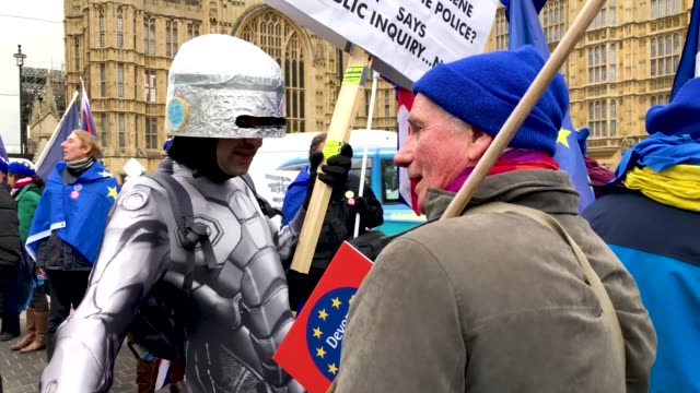 pro-eu and pro-brexit protestor are seen on a bench as they demonstrate near to the houses of parliament on january 29, 2019 in london, england.... - 2016 european union referendum stock videos & royalty-free footage