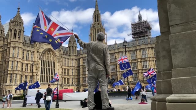stockvideo's en b-roll-footage met pro-eu protesters demonstrate outside the houses of parliament on june 20, 2018 in london, england. - brexit