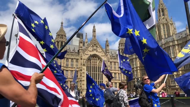 vídeos de stock, filmes e b-roll de proeu protesters demonstrate outside the houses of parliament on june 20 2018 in london england - brexit