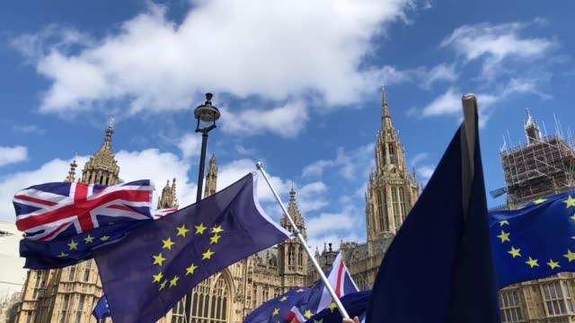 vídeos de stock e filmes b-roll de proeu protesters demonstrate outside the houses of parliament on june 20 2018 in london england - bandeira da grã bretanha