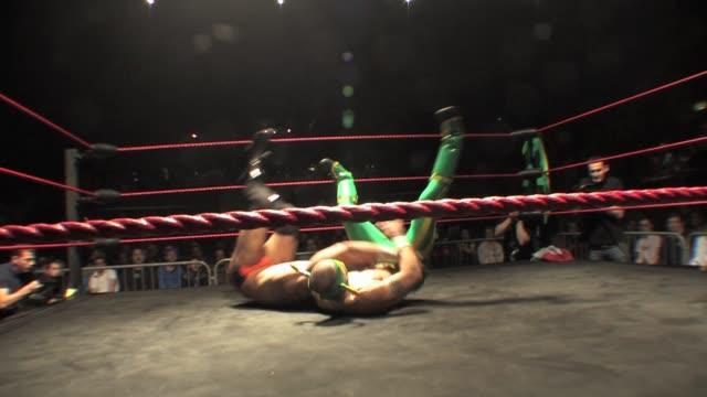 vídeos de stock, filmes e b-roll de a professional american style wrestling match sequence from a 3 way match featuring a masked mexican luchador - escalada libre