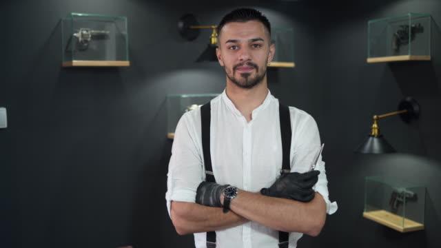 professioneller friseur in seinem friseurladen - suspenders stock-videos und b-roll-filmmaterial