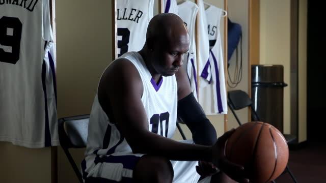 vidéos et rushes de cu professional basketball player in locker room holding basketball / washington, usa - détermination intérieure