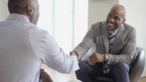 vídeos y material grabado en eventos de stock de profesionales asesor enlace con el cliente durante una reunión de hogar - rebajas