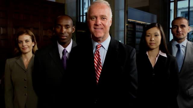 vídeos y material grabado en eventos de stock de profesional equipo de negocios caucásico, de sexo masculino - juez derecho