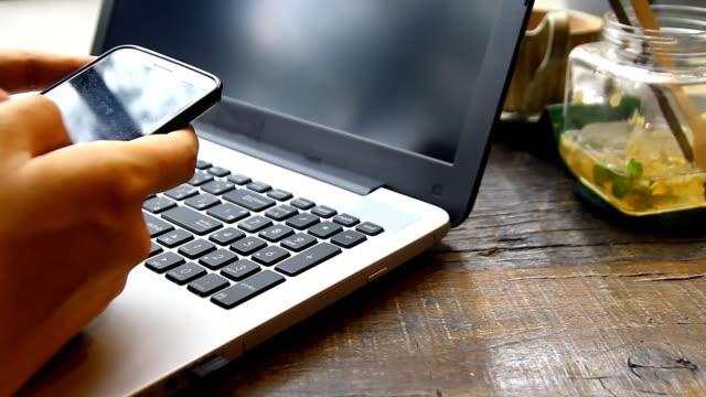 vídeos y material grabado en eventos de stock de profesional hombre de negocios trabajando en escritorio de oficina y escribiendo en un ordenador portátil, persona irreconocible - cuello parte de la vestimenta