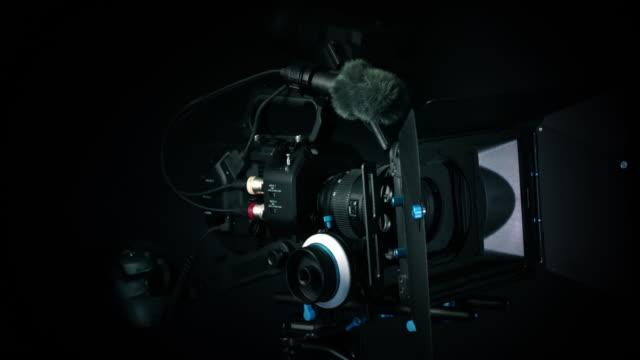 vídeos de stock, filmes e b-roll de câmera profissional de giro - câmera