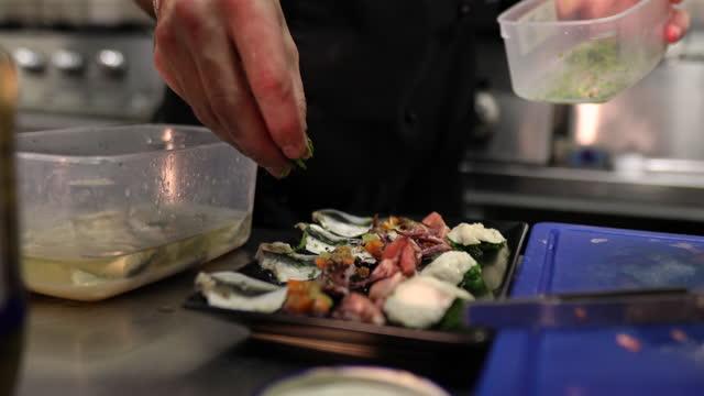 professioneller koch würzt das luxuriöse meeresgericht mit exotischen gewürzen - tierkörper stock-videos und b-roll-filmmaterial