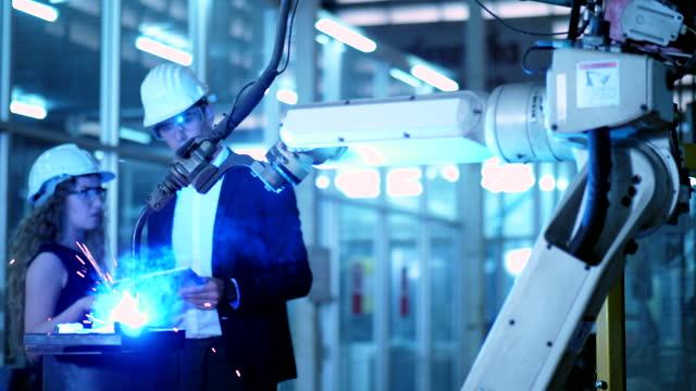 現場観察・調査専門技術者機械オペレーター - engineering点の映像素材/bロール