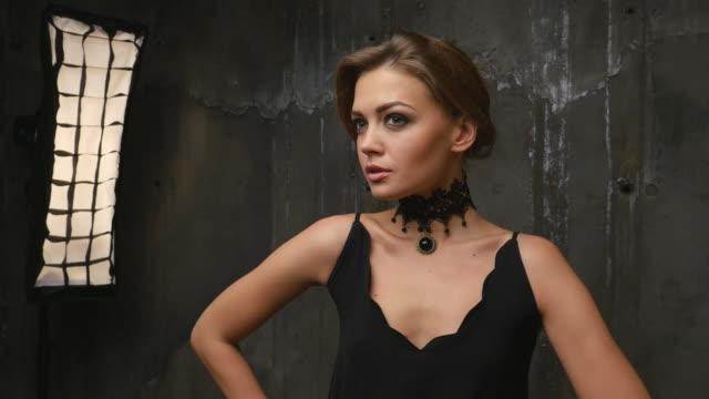 professionelle fashion model posiert im studio. 4k - halsreif stock-videos und b-roll-filmmaterial