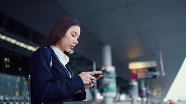 stockvideo's en b-roll-footage met professionele vrouwelijke werkgever die terwijl het wachten op de auto babbelt - bestellen