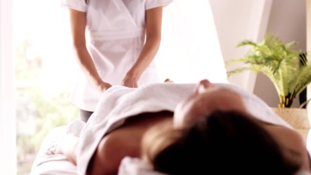 vidéos et rushes de massage des pieds professionnel - banc de massage