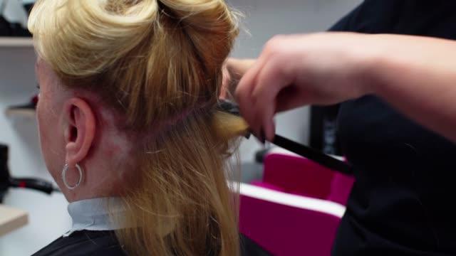 vídeos y material grabado en eventos de stock de estilista de peluquería profesional rizado pelo de señora mayor - cepillo para el cabello