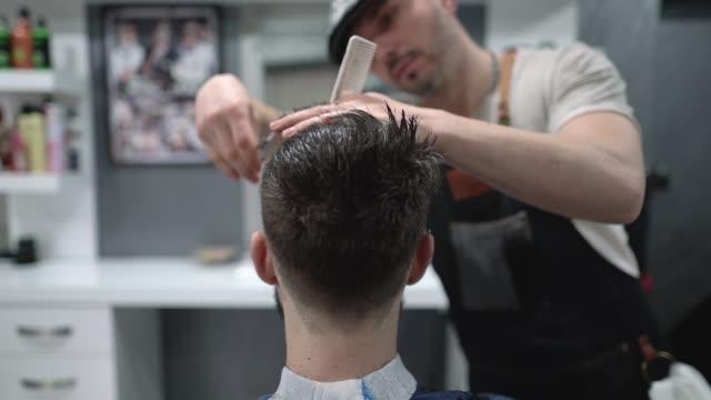 professioneller friseur arbeitet in seinem salon - verwöhnen stock-videos und b-roll-filmmaterial
