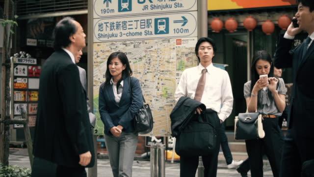 stockvideo's en b-roll-footage met professional japanese people hanging out in street - overhemd en stropdas