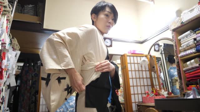 professionelle kimono kommode trägt yukata selbst - kommode stock-videos und b-roll-filmmaterial