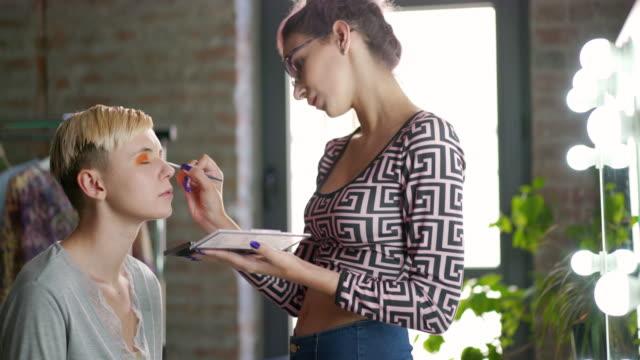 vidéos et rushes de maquilleuse professionnelle travaillant dans son atelier - pinceau à blush