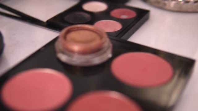 vídeos de stock, filmes e b-roll de professional makeup brushes set and tools. - desfile de moda