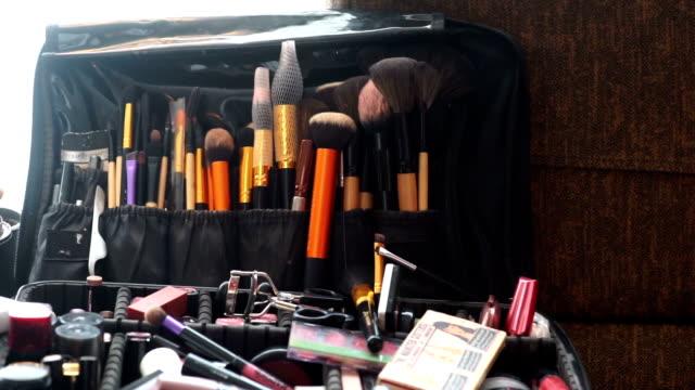 vidéos et rushes de jeu de pinceaux de maquillage professionnel et outils. - pinceau à blush