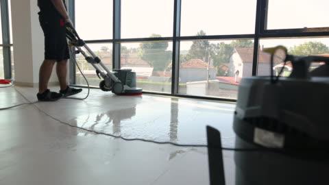 チームとして一緒に床を掃除する専門のマニュアルワーカー - 階点の映像素材/bロール