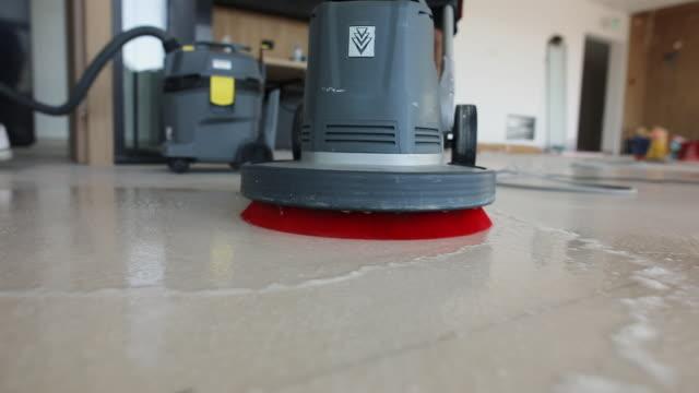 vídeos de stock, filmes e b-roll de trabalhadores manuais profissionais limpando o chão juntos como uma equipe - chão de cerâmica