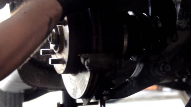 vídeos de stock, filmes e b-roll de mecânico profissional consertando um carro em oficina de reparação automóvel - motor