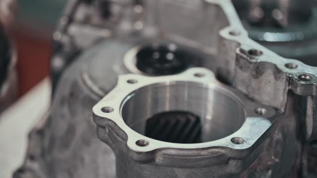 stockvideo's en b-roll-footage met professionele werktuigkundige herstellen van een auto in auto reparatiewerkplaats - motor oil