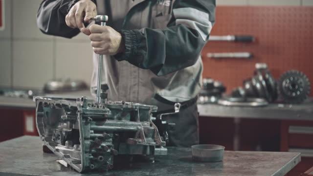 stockvideo's en b-roll-footage met professionele werktuigkundige herstellen van een continu variabele transmissie - motor oil