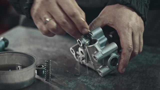 professionellen mechaniker reparieren ein stufenloses getriebe - qualitätsprüfer stock-videos und b-roll-filmmaterial