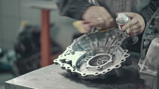vídeos de stock, filmes e b-roll de mecânico profissional reparando uma caixa de velocidades cvt - óleo de motor