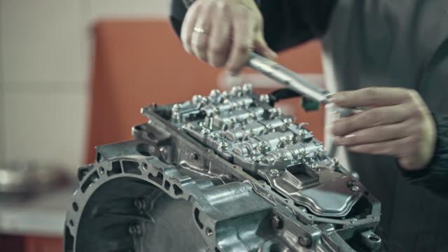 stockvideo's en b-roll-footage met professionele werktuigkundige herstellen van een cvt versnellingsbak - motor oil